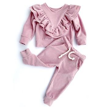 Welurowy dres z falbanami w szpic na piersi i z tyłu bluzy oraz spodniami typu baggy